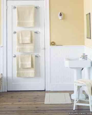 toallas detrás de la puerta - ahorrar espacio en el baño