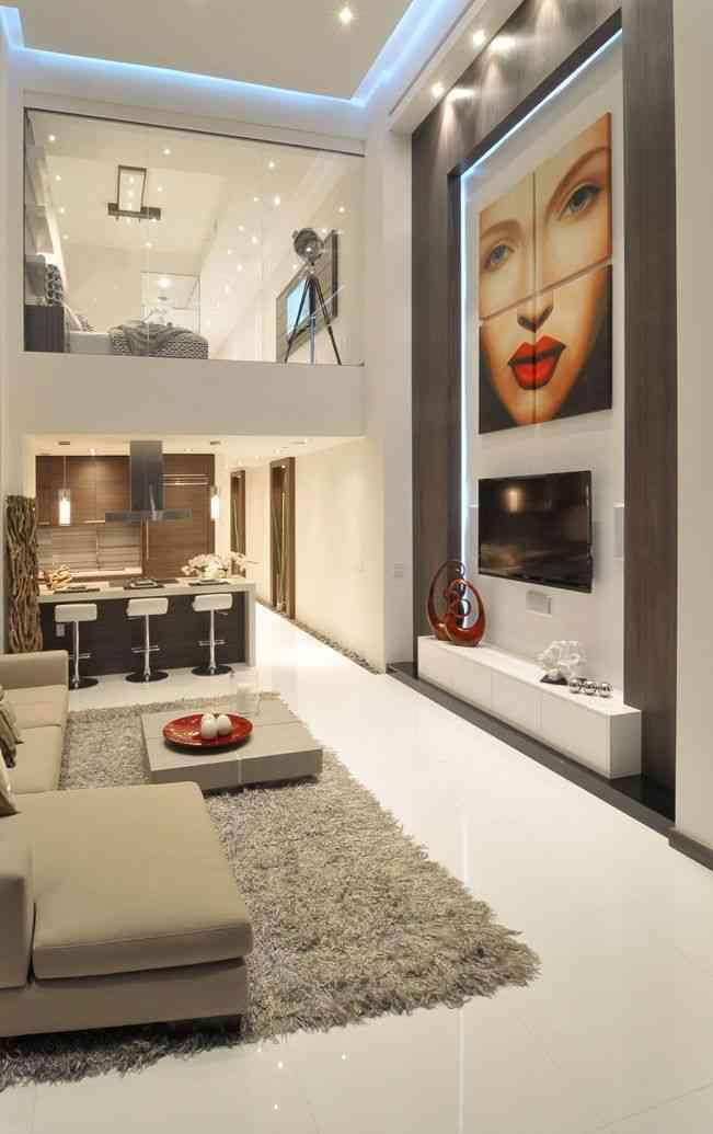 Salón de doble altura con una decoración moderna y estilosa.