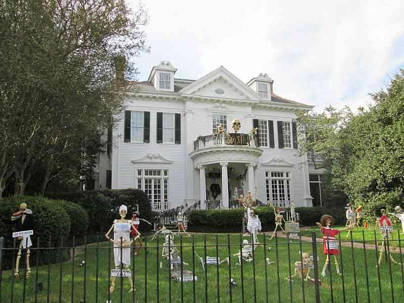 casa decorada con esqueletos de Halloween