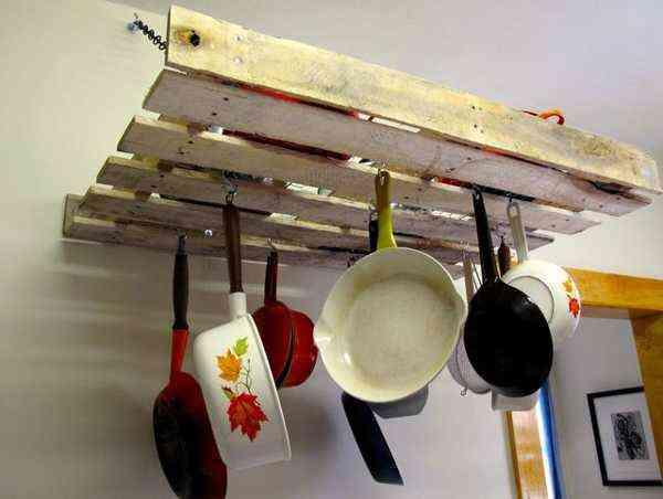 decorar con palet en la cocina para engancha las sartenes