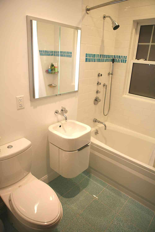 C mo aprovechar el espacio en un ba o peque o y estrecho - El mueble banos pequenos ...