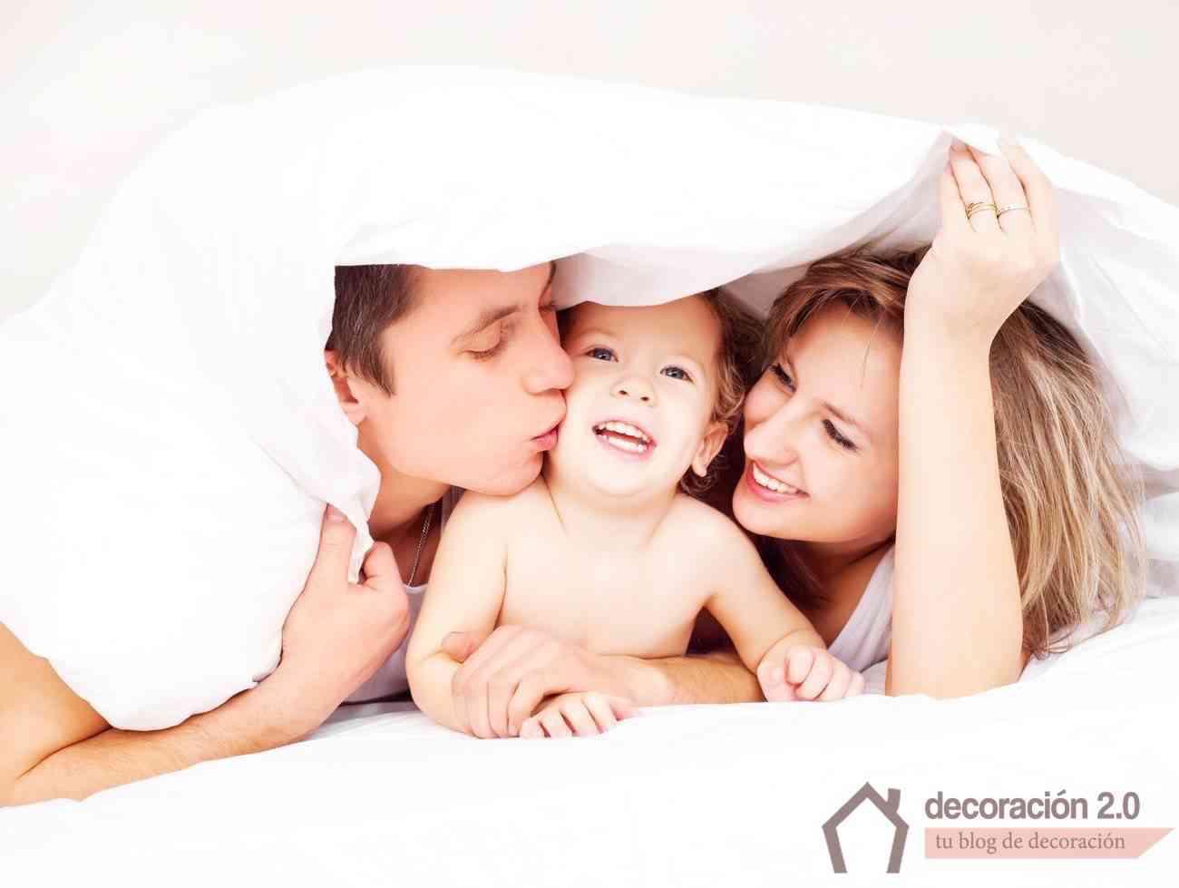 familia feliz con la casa ordenada