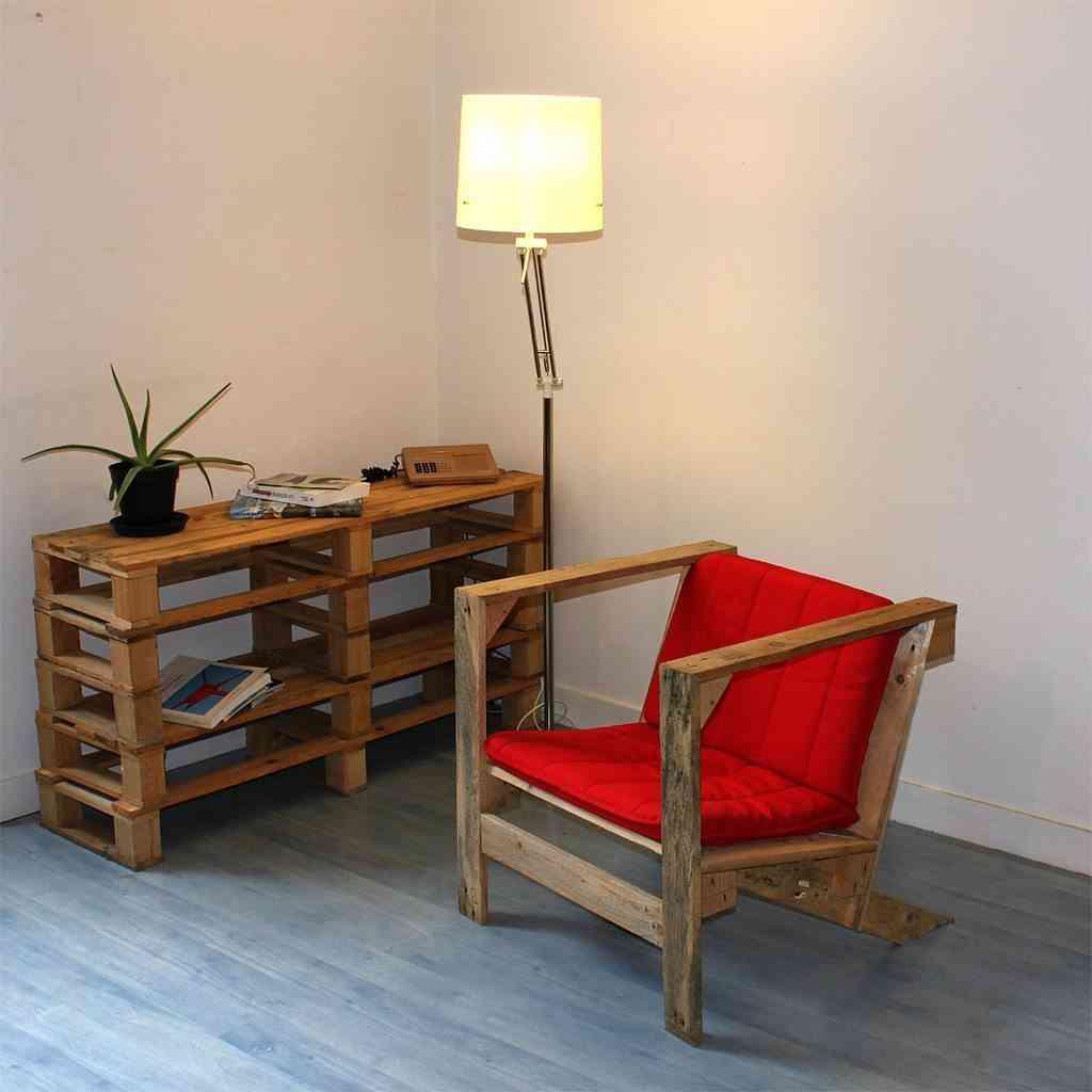 silla y mesa de palet