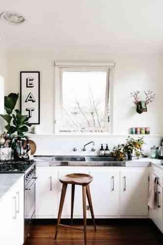 una cocina pequeña con estilo