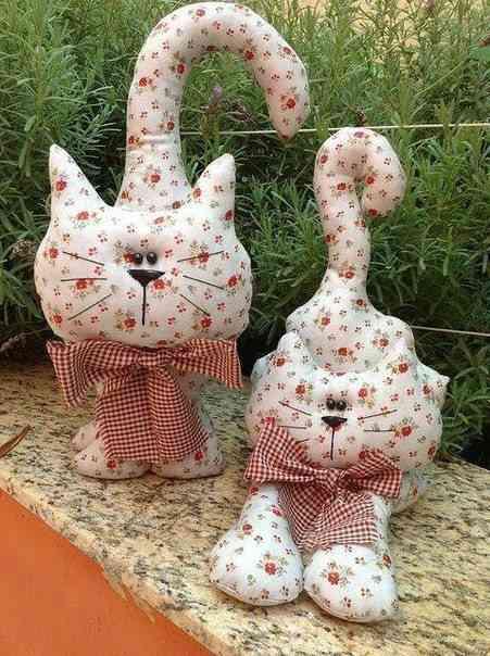 cojines de tela en forma de gatos