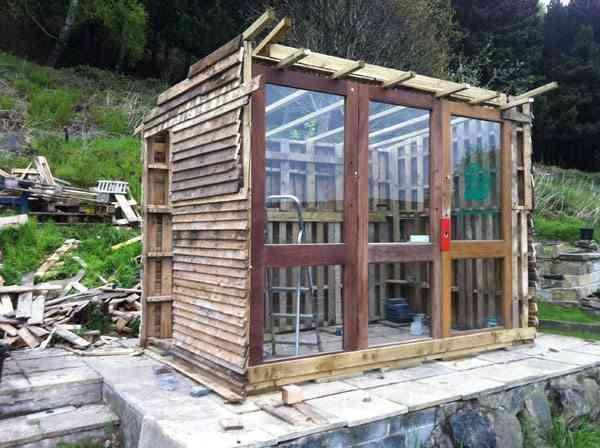 construcción de una casa de palets - madera y ventana