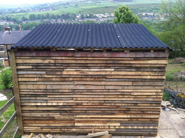 construcción de una casa de palets - techo