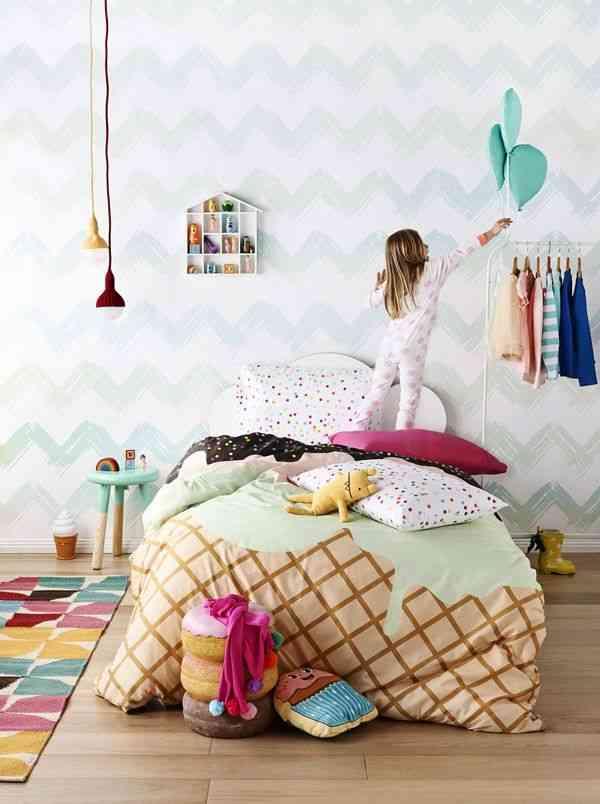 habitacion infantil decorada con globos