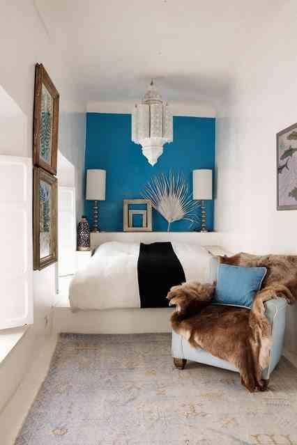 habitacion pequena en azul y blanco