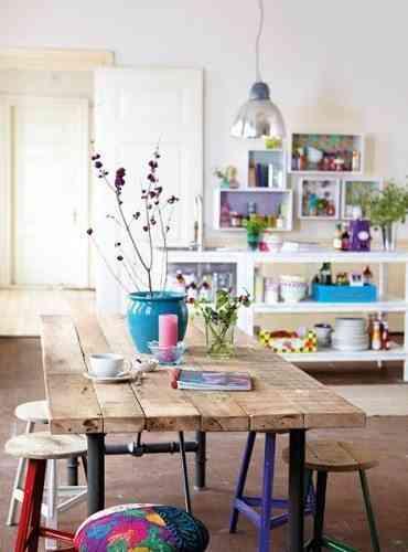 Mesa rústica para decorar una cocina con un detalle diferente