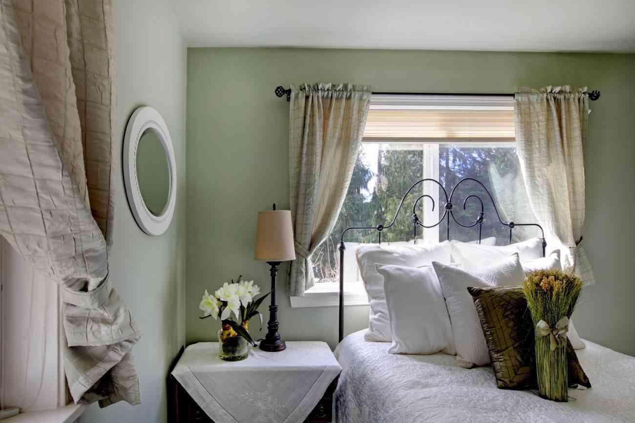 dormitorio bien decorado y acogedor - cortinas