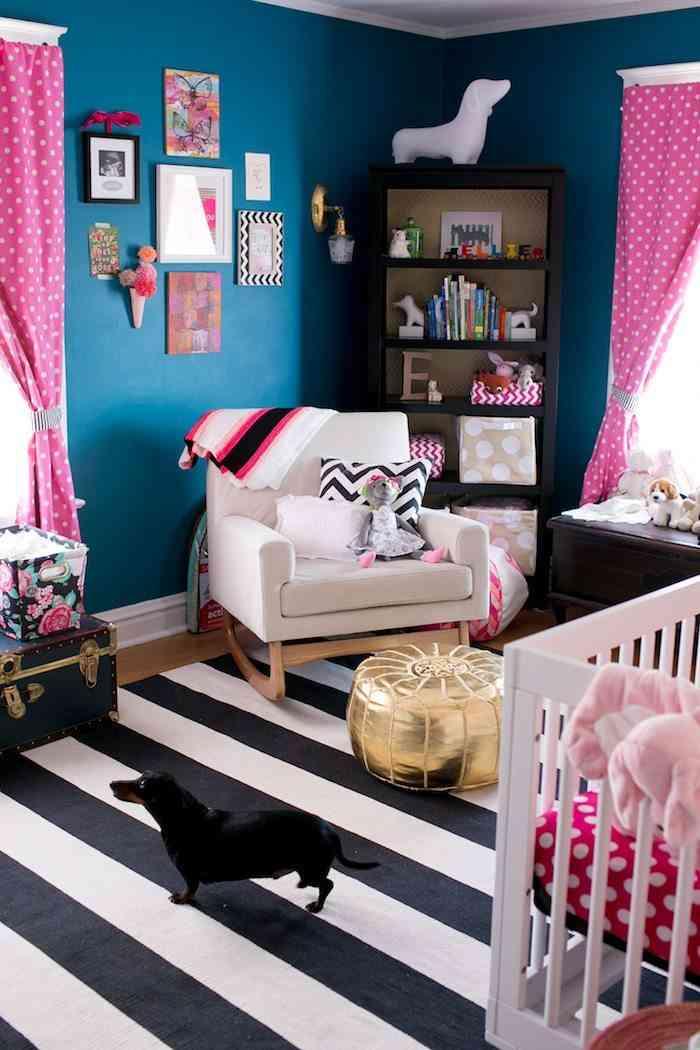 habitación de bebé decorada con colores fuertes
