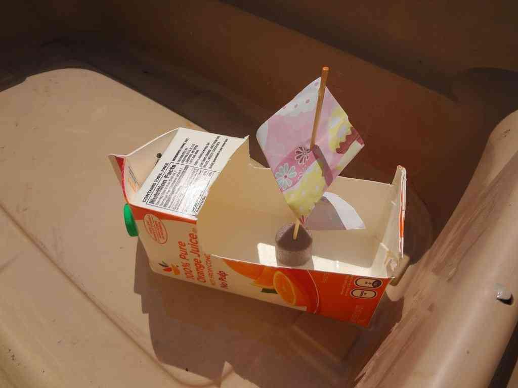 barco de cartón reciclado
