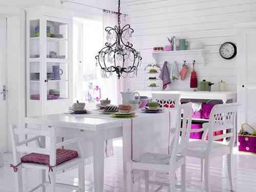 salón blanco con detalles en color