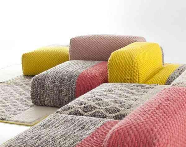 sofá con distintos textiles