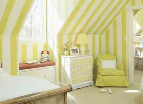 habitación de bebé amarilla y blanca