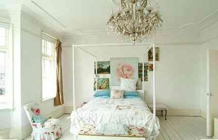 dormitorio vintage con lámpara de araña
