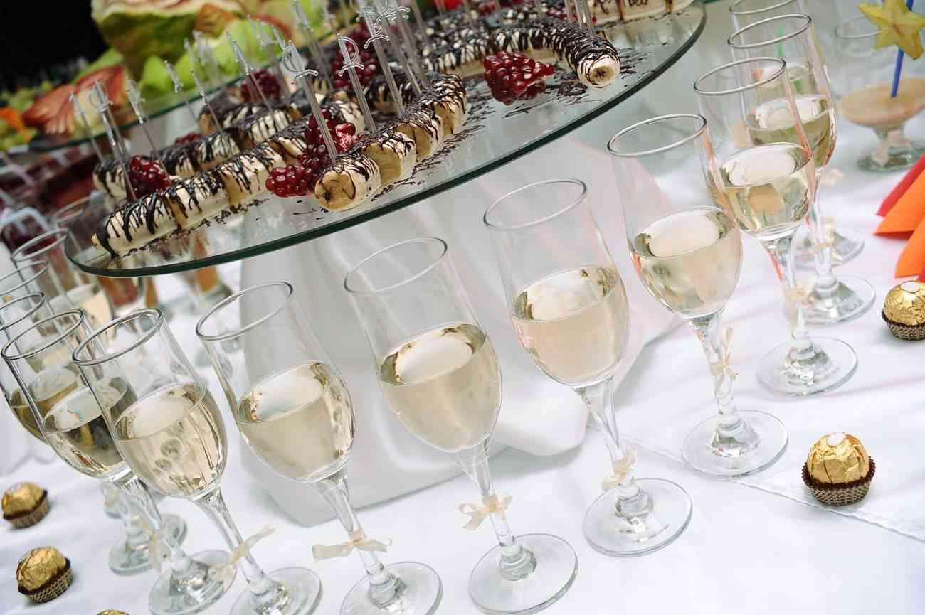 mesa con dulces y copas