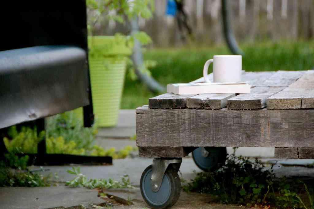 Mesa de palets reciclada una buena idea en pisos pequeños
