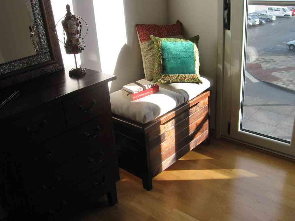 10 claves para organizar un peque o piso - Baules para guardar ropa ...