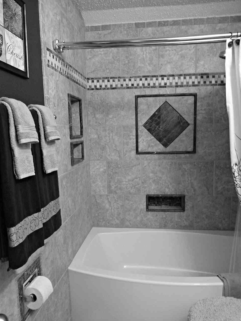 C mo transformar ba os peque os con pintura para azulejos for Decoracion de interiores para bano