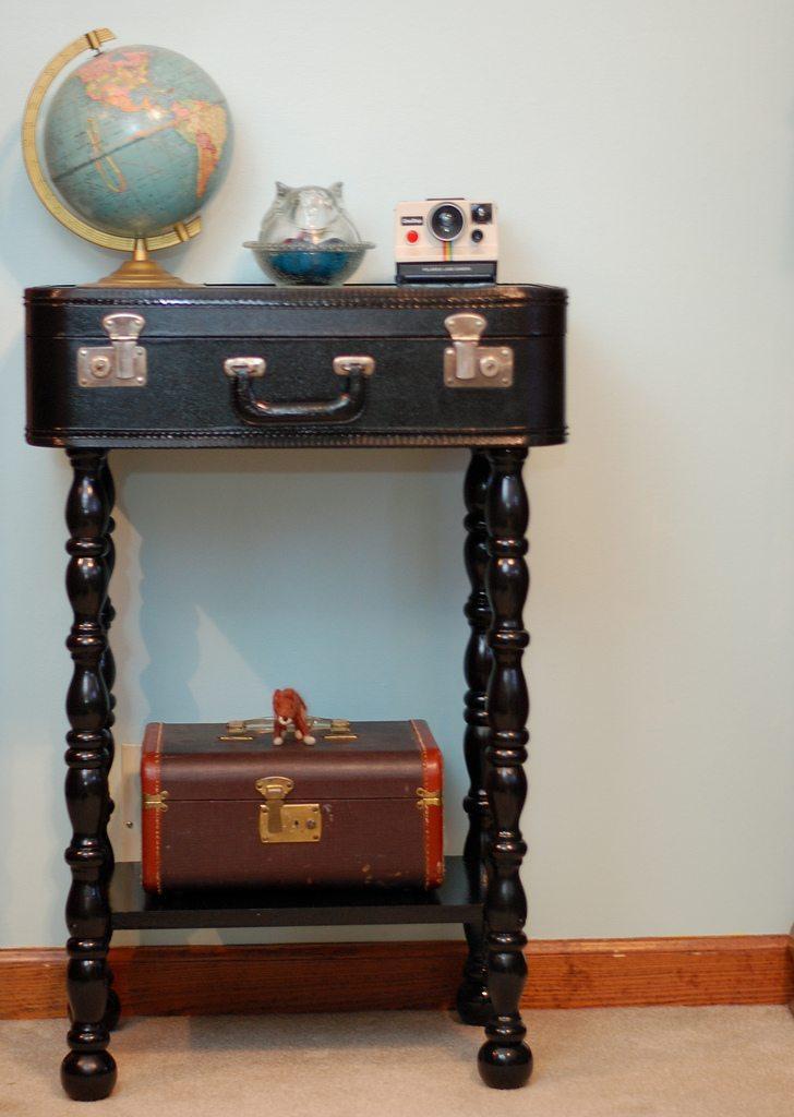 Mesa auxiliar hecha con maleta vieja
