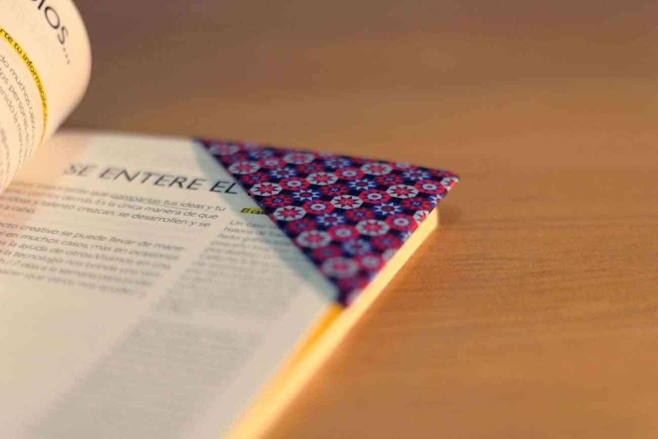Diy de origami c mo hacer un marcap ginas de papel - Como hacer cosas de papel paso a paso faciles ...