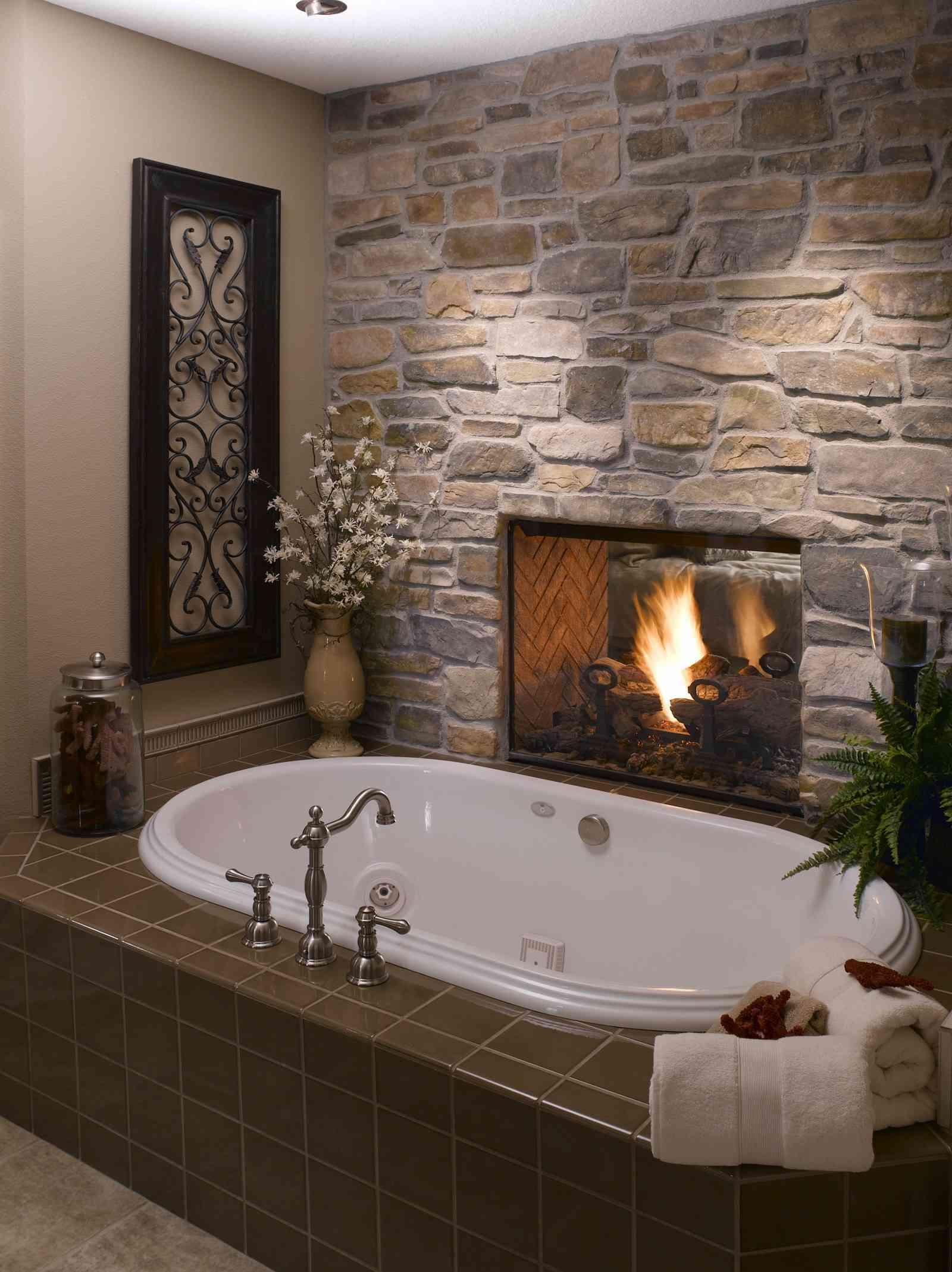 Una bañera con chimenea