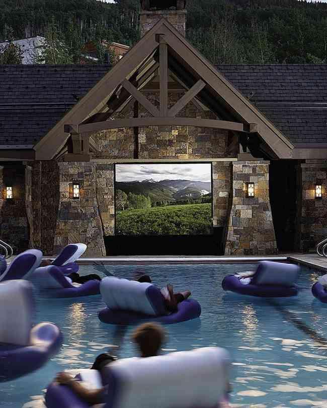 Una sala de cine en la piscina