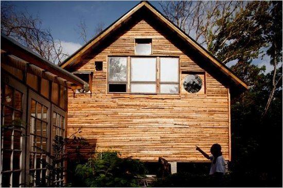 casa hecha de materiales reciclados