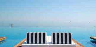 Piscina infinita en playa de lujo en hotel en Pieria, Grecia