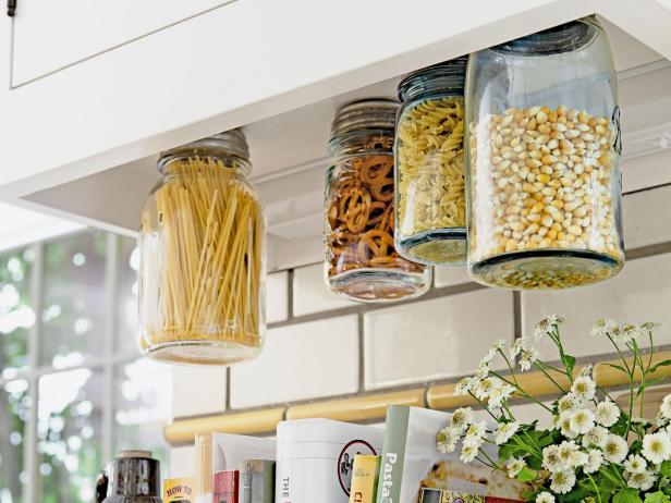 utilizar tarros de cristal - almacenaje en jarrones que se cuelgan en el techo
