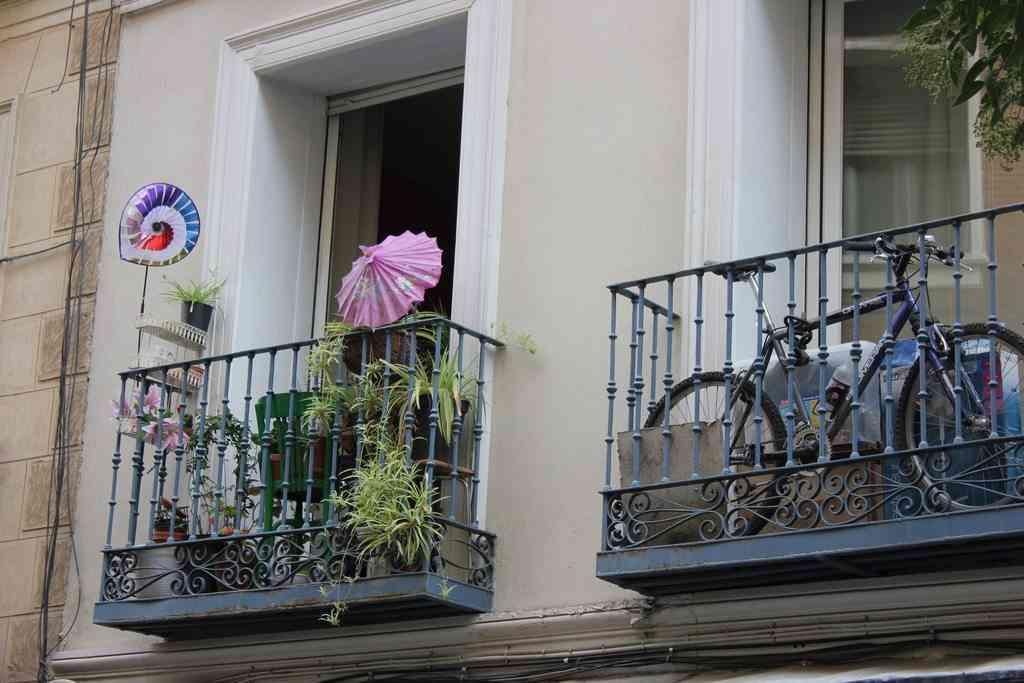 Mesa y sillas para balcon pequeo latest mesa y sillas de - Mesa colgante para balcon ...