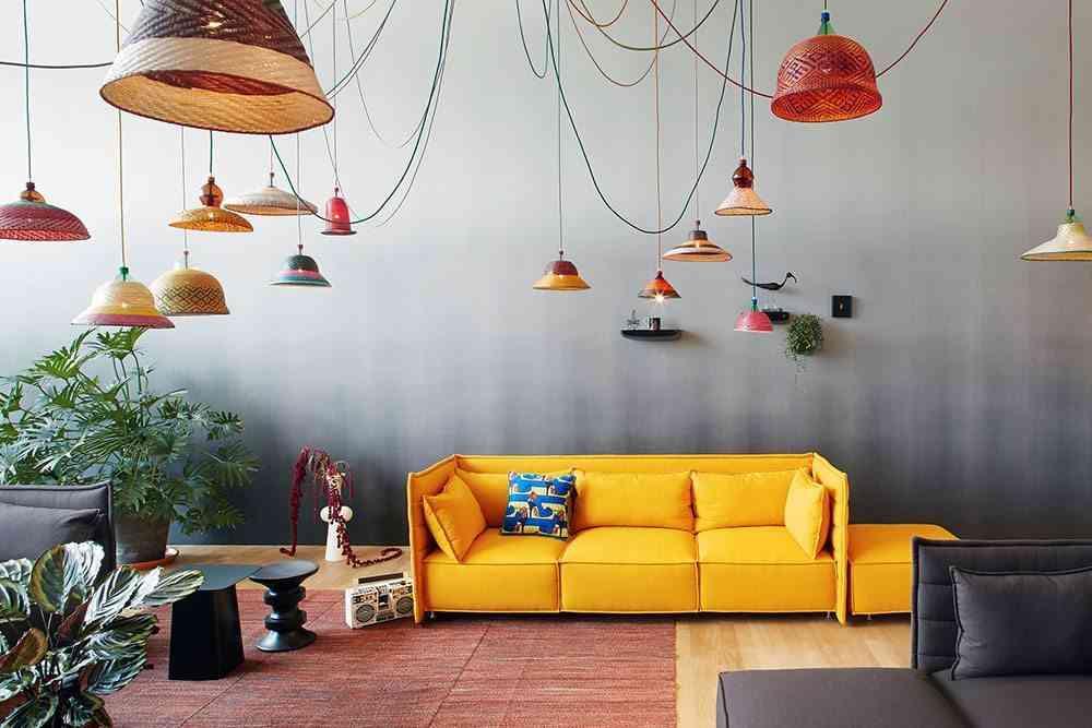 lamparas de botellas de plástico con sofa amarillo