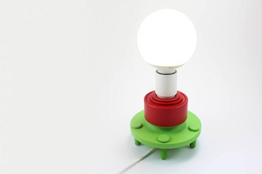 lampara hecha con restos de un ford focus