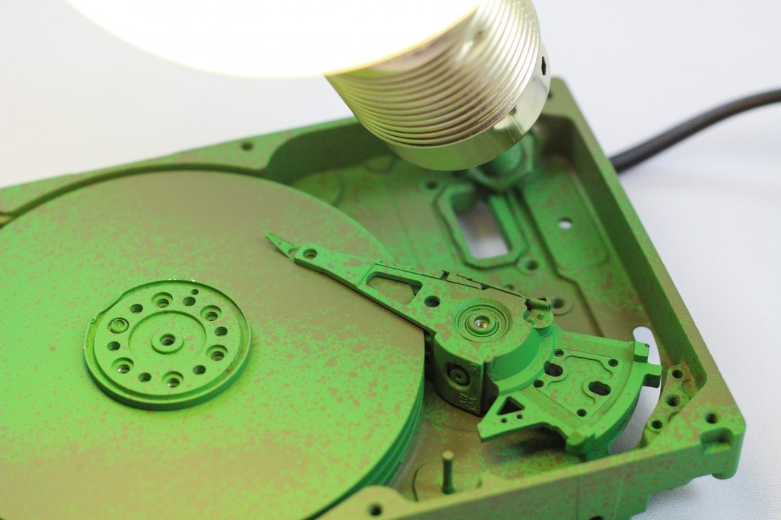 lampara hecha con un disco duro
