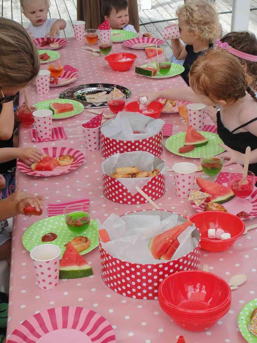 fiesta infantil niños merendando