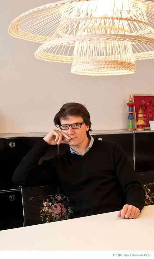 retrato alvaro catalan de ocon con su lámpara de botellas de plástico