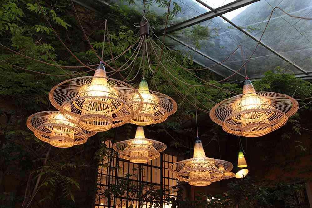 seis lamparas iluminadas de botellas de plástico
