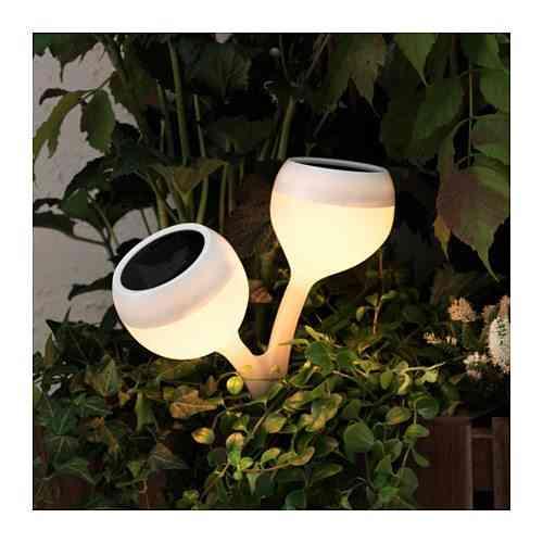 Ideas geniales para decorar el jard n este verano - Fuentes solares para jardin ...