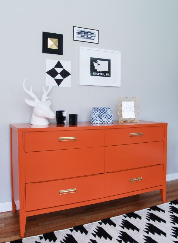 muebles con color comoda naranja de lado