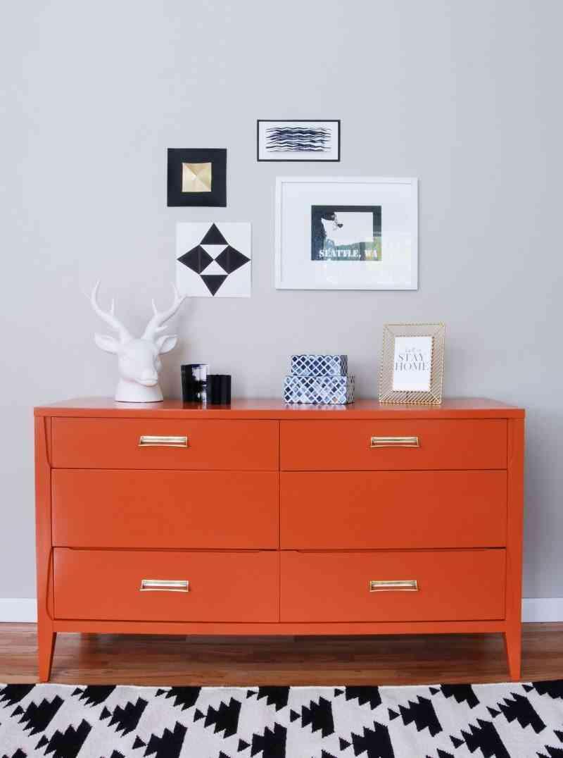 muebles con color comoda naranja final de frente