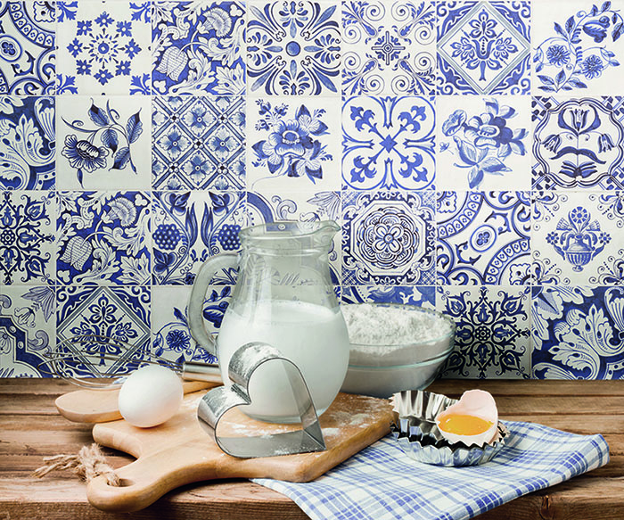 how to decorate with azulejos in blue and white Fabresa Serie Oporto baja