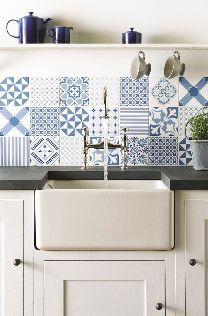 how to decorate with blue and white tiles Original Style kitchen parapet