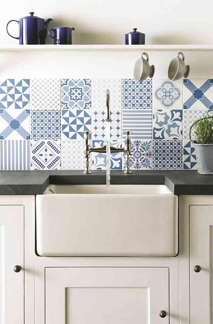 Revestir suelos y paredes con azulejos en azul y blanco for Azulejos y suelos para cocinas