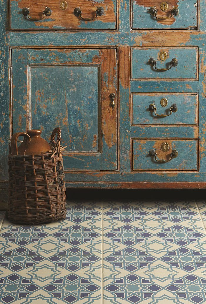 how to decorate with blue and white tiles Original Style campero floor