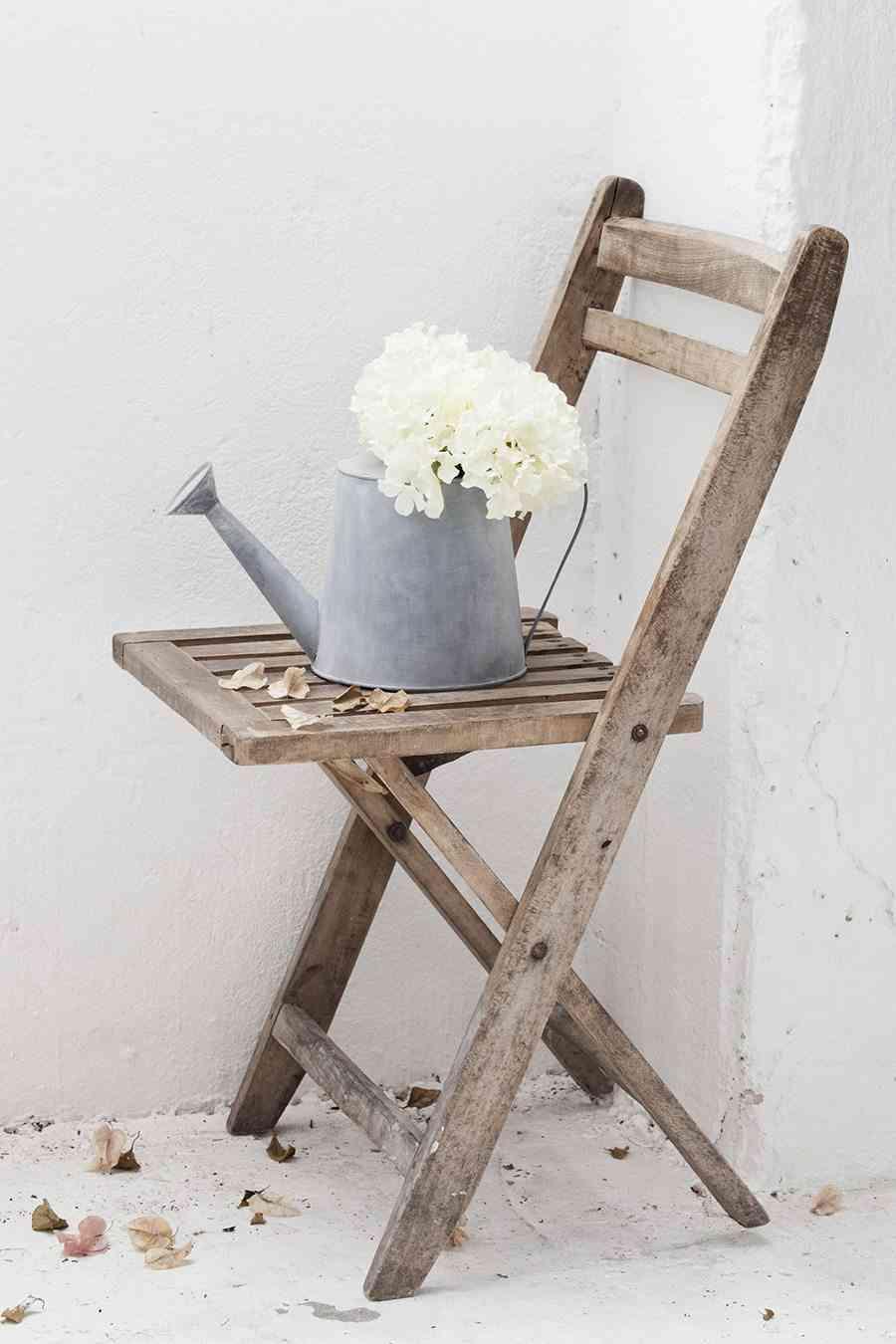complementos rústicos regadera de muy mucho y silla