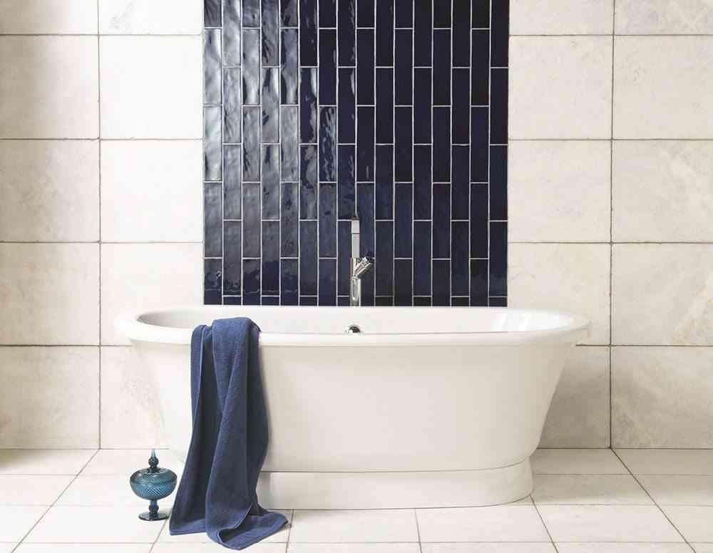 como decorar con azulejos en azul y blanco The Winchester Tile Company banera