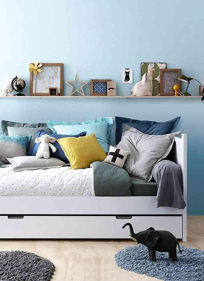 nueva colección de textiles vertbaudet cama con cojines y estanteria