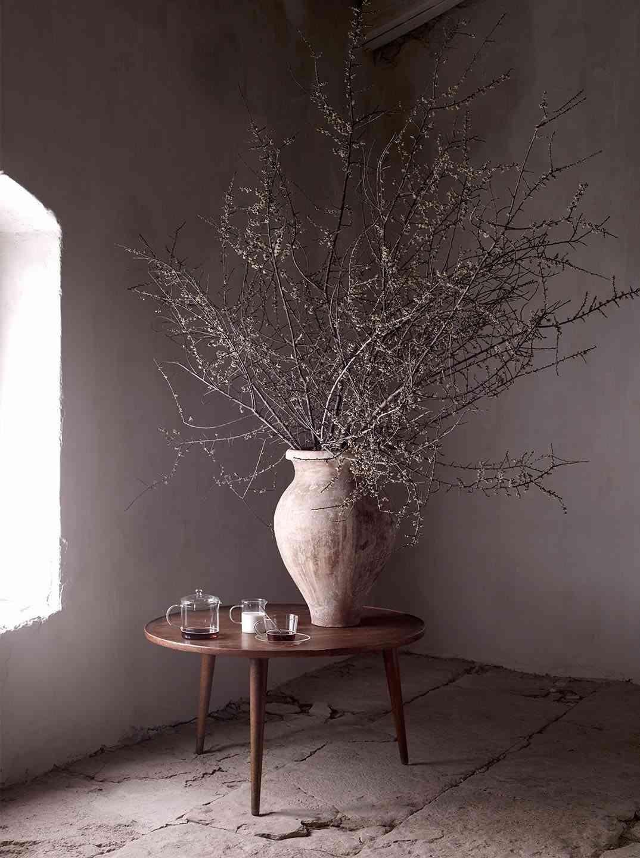 interiores de casas rusticas mesita con jarron zara home